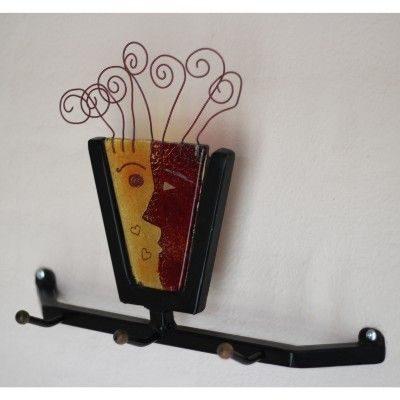 Samarbejde mellem smed og kunstner - En knageraekke hvor jern og glas er kombineret
