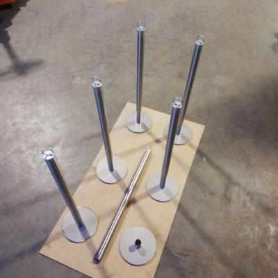 Stolper til hegn omkring udstillingsbil i rustfri staal